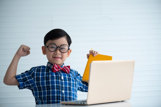 Menino, sorrindo, com, laptop, para, aprendizagem Foto Premium