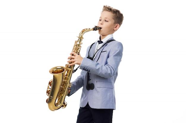 Menino toca saxofone Foto Premium