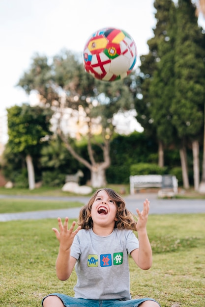 Menino, tocando, com, um, futebol Foto gratuita