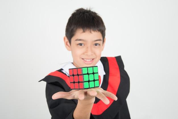 Menino, tocando, rubik, cubo Foto Premium
