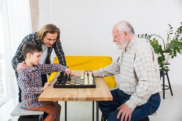 Menino, xadrez jogando, com, avô Foto gratuita