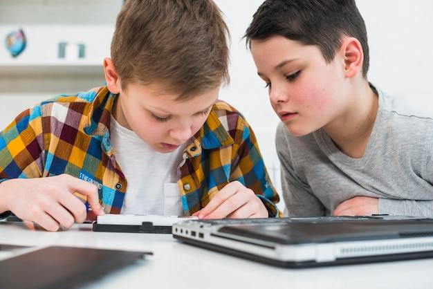Meninos, afixando, laptop Foto gratuita