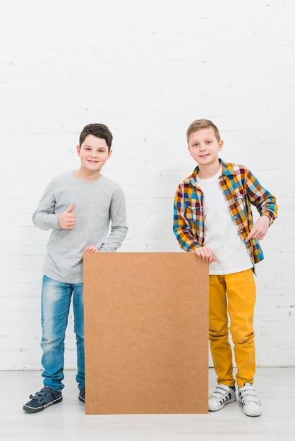Meninos, apresentando, grande, tábua Foto gratuita