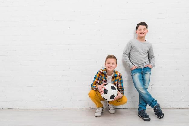 Meninos, com, bola futebol Foto gratuita