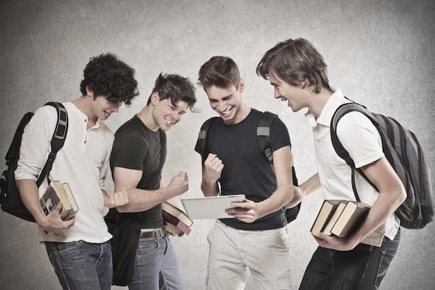 Meninos de estudante torcendo Foto Premium