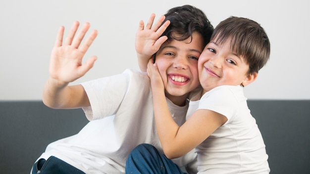 Meninos de tiro médio, abraçando uns aos outros Foto gratuita
