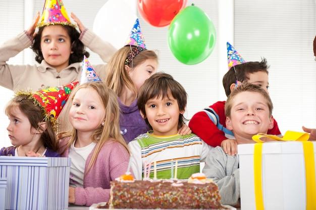 Meninos e meninas, aproveitando a festa de aniversário Foto Premium