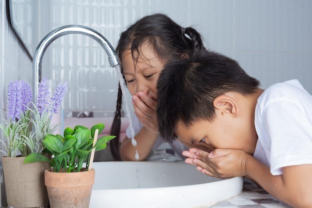 Meninos e meninas estão escovando os dentes. Foto gratuita