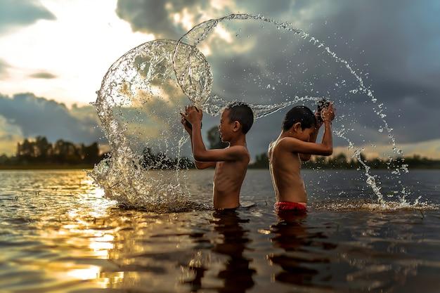 Meninos tailandeses entrar no rio Foto Premium