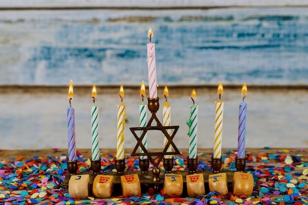 Menorá de chanucá com velas para fundo de celebração de chanukah Foto Premium