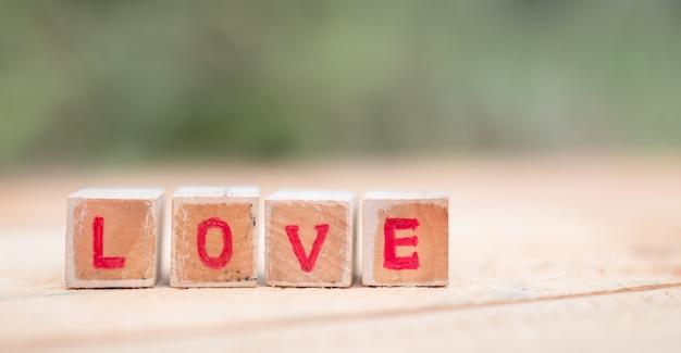Mensagem de amor escrita em blocos de madeira. Foto Premium