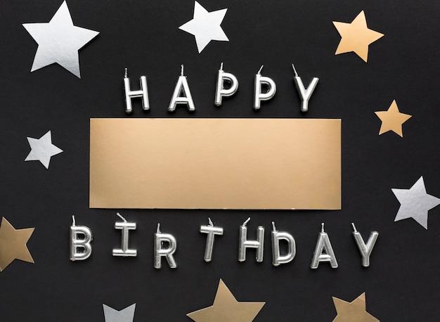 Mensagem de feliz aniversário com confetes de estrelas Foto gratuita