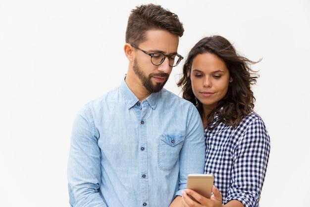 Mensagem de leitura de casal focada Foto gratuita