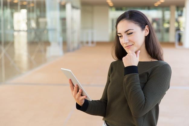 Mensagem de leitura positiva pensativa do cliente feminino Foto gratuita