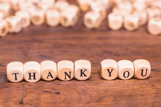 Mensagem obrigado com cubos de madeira Foto gratuita