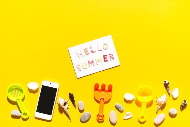 Mensagem olá verão e coisas de praia na superfície colorida Foto gratuita
