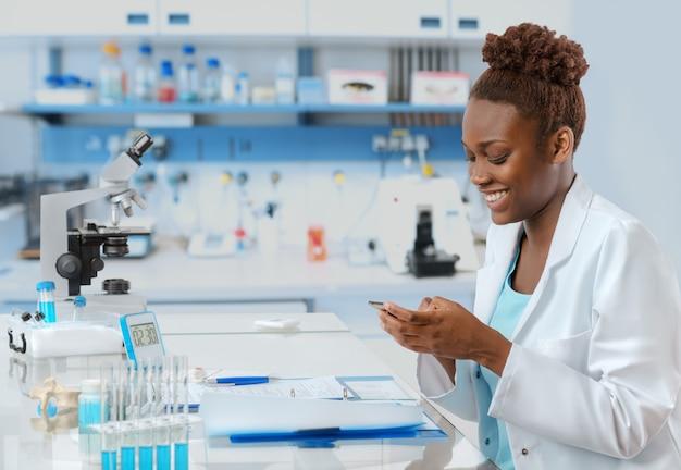 Mensagens de biólogo afro-americano Foto Premium