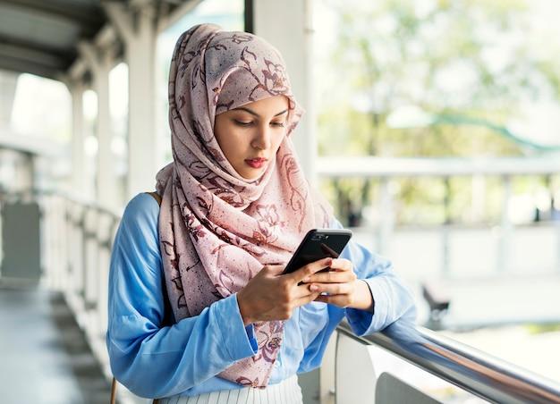 Mensagens de mensagens de mulher islâmica no telefone Foto Premium