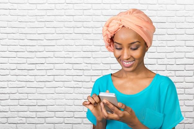 Mensagens de mulher casual no telefone Foto Premium