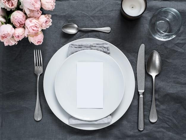 Menu, convite de casamento. cenário de mesa linda toalha de linho cinza. Foto Premium