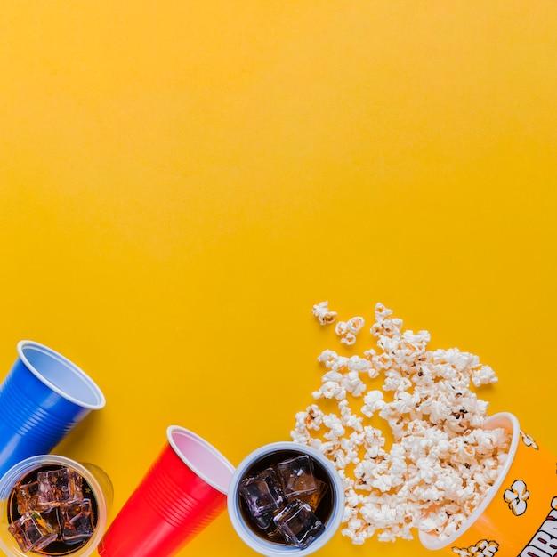 Menu de cinema com caixa de pipoca Foto gratuita