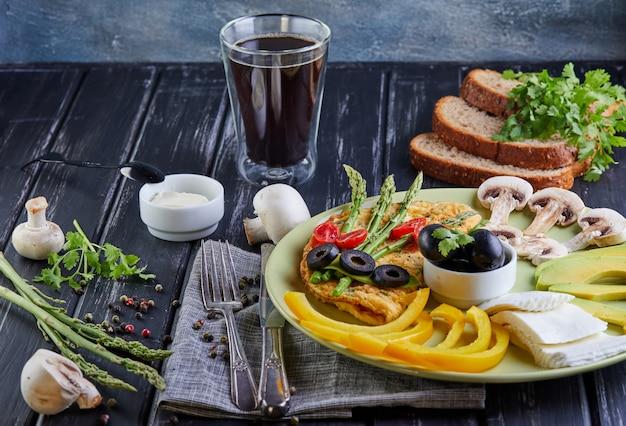 Menu de dieta dieta saudável pequeno-almoço legumes em um prato Foto Premium