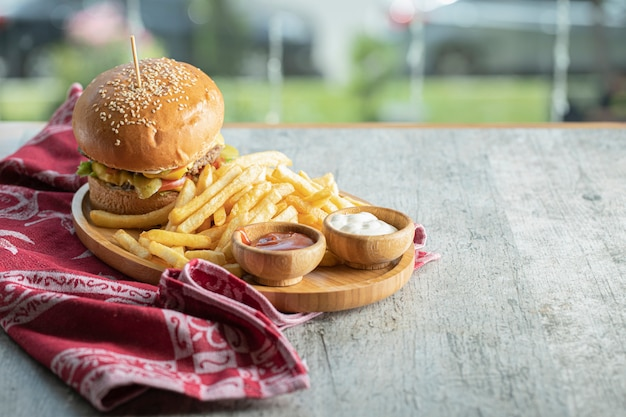 Menu de hambúrguer em uma bandeja de wooen Foto gratuita