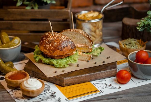 Menu de hambúrguer em uma placa de madeira Foto gratuita