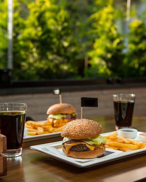 Menu de hambúrguer para duas pessoas com refrigerantes. Foto gratuita