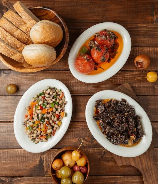 Menu de jantar com combinação de diferentes saladas e alimentos Foto gratuita