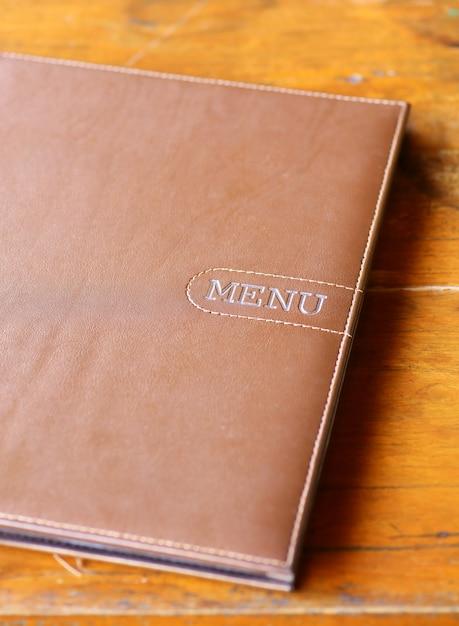 Menu de livros na mesa de madeira Foto Premium