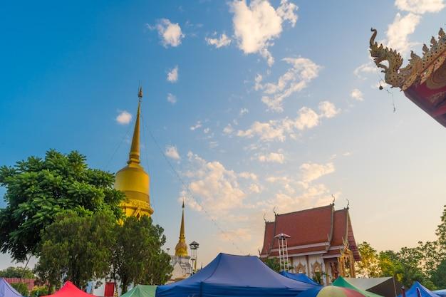 Mercado ao ar livre no templo durante o céu do sol Foto Premium