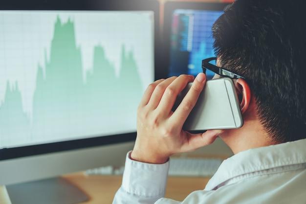 Mercado de ações de investimento empresário gráfico de discussões e análise de homem de negócios Foto Premium