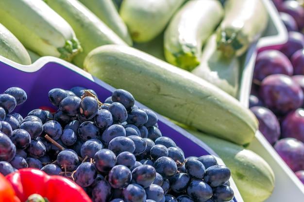 Mercado de frutas de agricultores com várias frutas e legumes frescos coloridos Foto Premium
