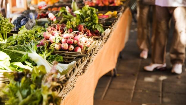 Mercado de rua local com vegetais orgânicos frescos Foto gratuita