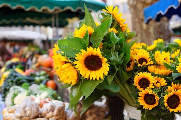 Mercado dos fazendeiros e girassóis Foto gratuita