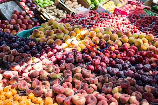 Mercado local de frutas de verão Foto gratuita