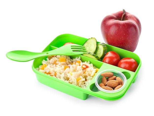 Merendeira escolar com comida saborosa em fundo branco Foto Premium