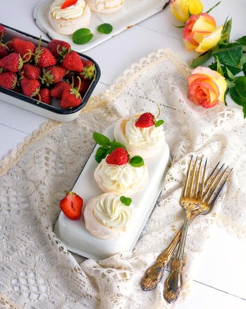 Merengue assado com creme e morangos frescos Foto Premium