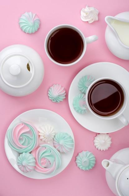 Merengue cor-de-rosa de turquesa em um fundo cor-de-rosa. festa do chá. Foto Premium