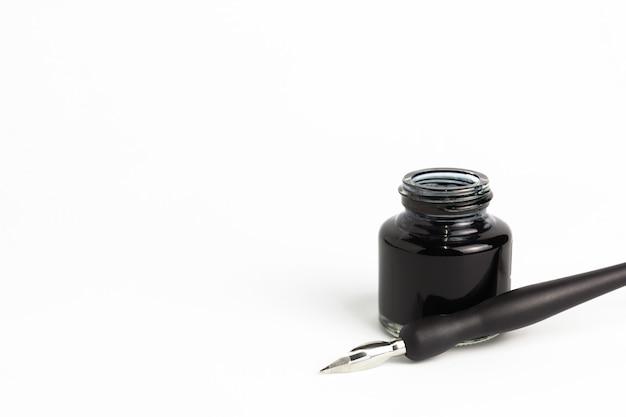 Mergulhe a caneta e garrafa de tinta no fundo branco isolado Foto Premium