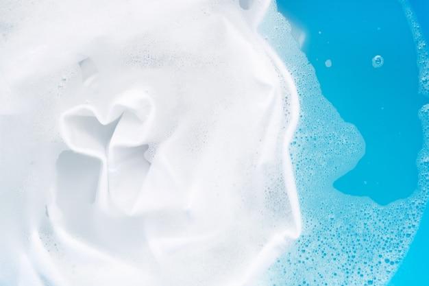 Mergulhe um pano antes de lavar, pano branco. Foto Premium