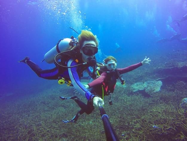 Mergulho submarino selfie shot com vara selfie Foto gratuita