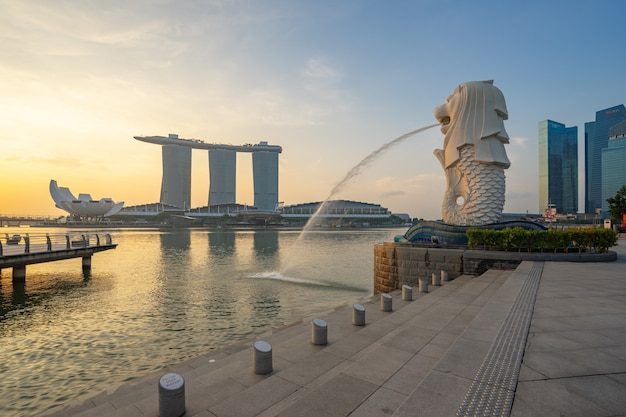 Merlion park com o nascer do sol na cidade de singapura, singapura Foto Premium