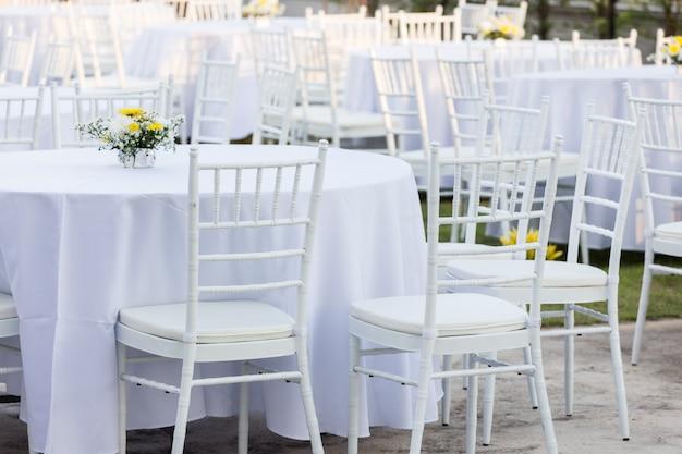 Mesa ao ar livre na recepção do casamento Foto Premium