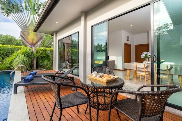 Mesa ao ar livre por piscina em uma casa de luxo Foto Premium