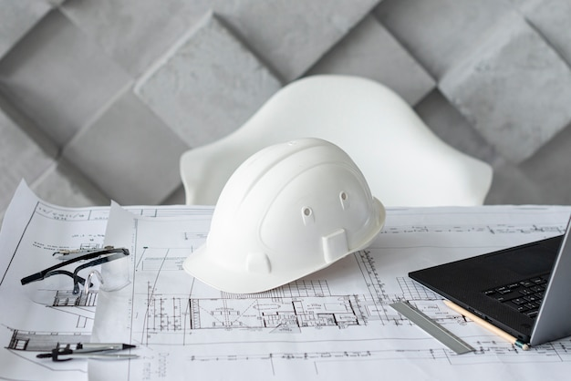 Mesa arquitectónica com ferramentas de trabalho Foto gratuita