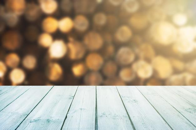 Mesa azul no fundo desfocado de troncos, floresta, madeira-pode ser usado para exibir Foto Premium