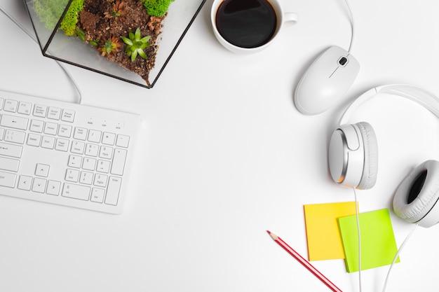Mesa branca moderna da mesa de escritório com teclado e fontes de computador. vista superior com espaço de cópia, plana leigos. Foto Premium