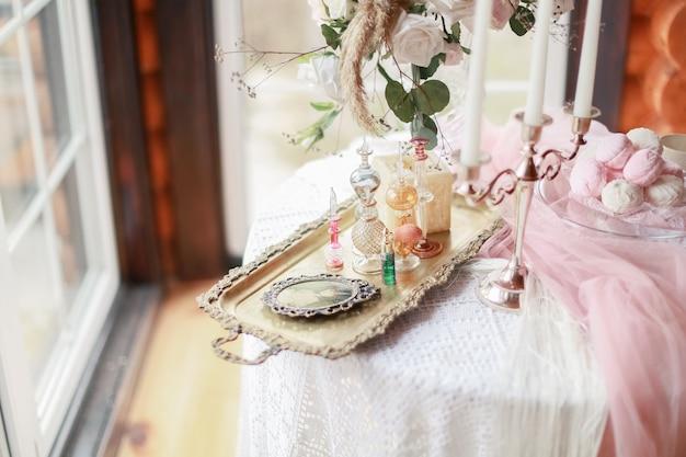 Mesa com decorações e doces em uma casa de madeira perto da janela Foto Premium